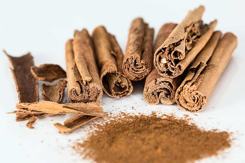 a number of cinnamon sticks and cinnamon powder